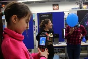 Nisa, Narine und Luisa (v.l.) testen die IR-Kamera. (Bild: Goyert)