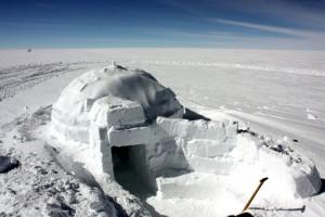 Ein Iglu im ewigen Eis, in der Nähe der deutschen Forschungsstation Kohnen (Bild: dpa)