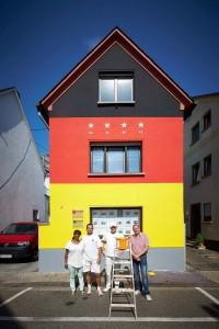KINA - Ein Haus in Schwarz-Rot-Gold