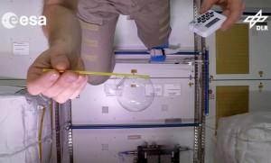 Astronaut Alexander Gerst bei Versuchen mit einer Seifenblase auf der Internationalen Raumstation. (Bild: DLR/ESA/dpa)