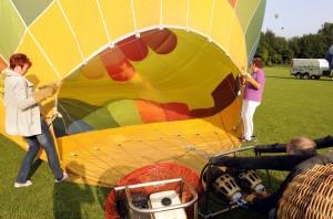 Vor dem Start wird der  Ballon flach auf dem Boden ausgebreitet und mit kalter Luft vollgepustet. (Bild: dpa)