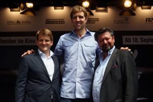 """Dirk Nowitzki mit den Machern des Kinofilms """"Der perfekte Wurf"""": Regisseur Sebastian Dehnhardt rechts) und Produzent Leopold Hoesch. (Bild: Getty Images)"""