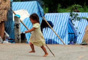 Viele Kinder auf der Welt müssen in Zelten leben  - in so genannten Flüchtlingslagern. (Bild: dpa)