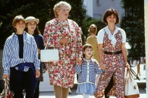 Erkennst du ihn? Robin Williams als Mrs. Doubtfire in Frauenkleidern (in der Mitte)