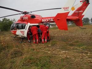 Die Luftretter laden eine Verletzte in den Hubschrauber. (Bild: dpa)