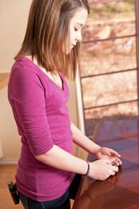 Dieses Mädchen trägt eine Insulin-Pumpe an ihrem Gürtel. (Foto: thinkstock)