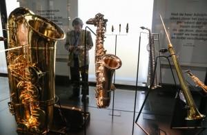 Obwohl es vor allem aus Metall ist, gehört das Saxofon zur Familie der Blasinstrumente.