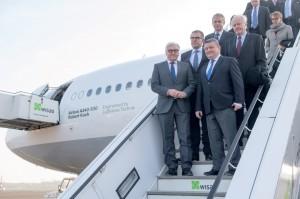 Außenminister Frank-Walter Steinmeier (vorne links) und Gesundheitsminister Hermann Gröhe (vorne rechts) besichtigten den Airbus mit Experten und Journalisten.