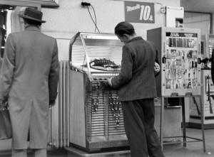 Musik per Knopfdruck: Ein Mann wählt einen Song aus der Jukebox aus. (Bild: dpa)