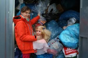 Im Container des Roten Kreuzes gibt Lena ihren Frisurenkopf ab.