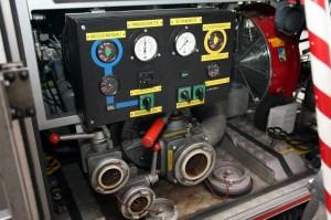 Besonders wichtig ist im Feuerwehrauto Pumpe. An die kann man einen Schlauch schrauben. So können die Feuerwehrleute ein Feuer löschen. (Foto: dpa)