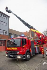 Es gibt unterschiedliche Fahrzeuge, mit denen Feuerwehrleute ausrücken. Dieses hat zum Beispiel eine Drehleiter. (Foto: dpa)