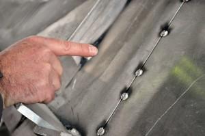 Fachleute verschweißen die Platten des Schiffes so miteinander, dass es keine Lücken zwischen den Teilen gibt. (Foto: dpa)