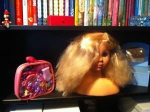 Noch steht der Puppenkopf bei Lena im Regal. Aber bald wird er eine kleine Reise antreten.