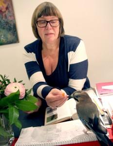 Tierärztin Renate Lorenz mit Eichelhäher Hans