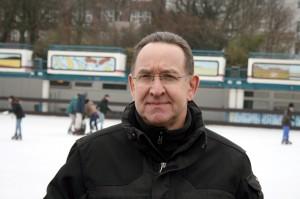 Das ist  Rainer Oprezka. Er ist der technische Leiter der Eisbahnarena in Hamburg. (Foto: dpa)