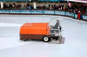 MIt dem Eishobel wird altes Eis entfernt. Die Maschine spült auch viel Wasser auf die Eisbahn. (Foto: dpa)