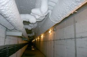Die Rohre einer Eisbahn-Anlage sind mit einer weißen Eisschicht überzogen. Denn das Ammoniak in den Rohren verbreitet so viel Kälte. (Foto: dpa)