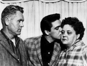 Das ist Elvis Presley mit seinen Eltern. (Foto: dpa)