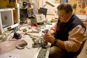 Das ost Üezer Hecko. Er mag gerne technische Sachen - und er tüfltelt gerne an ihnen herum. (Foto: dpa)