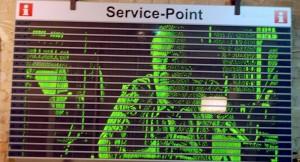 """Im Chaos Computer Club in Berlin wurde eine """"gehackte"""" Bahn-Anzeigentafel so verändert, dass ein Spielfilm auf dem Display angezeigt werden kann. Auf der Anzeigentafel können nun Filme angeschaut werden. (Foto: dpa)"""