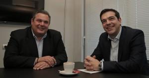 """Das sind Alexis Tsipras, Chef der Syriza, und Panos Kammenos, Chef der """"Unabhängigen Griechen"""". Die beiden haben sich getroffen, um darüber zu sprechen, wie sie Griechenland gemeinsam regieren könnten. (Foto: dpa)"""