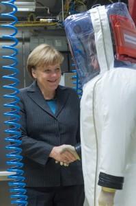 Die Bundeskanzlerin schaute im neuen Labor vorbei. (Foto: dpa)