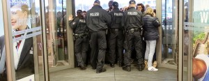 In Hamburg sperrte die Polizei wegen des Streiks eine Zeitlang die Eingänge. (Foto: dpa)