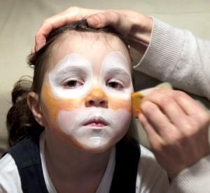 Das Gesicht wird weiß und orange. (Foto: dpa)