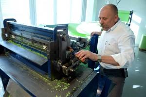 Hans Rudolf Streiff ölt die Maschine, die Konfetti herstellt. (Foto: dpa)