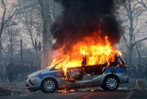 Bei den Protesten kam es auch zu Gewalt. Einige Demonstranten zündeten zum Beispiel Autos an. (Foto: dpa)