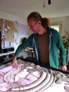 Das ist Christian. Er malt Bilder die Bilder aus Sand. (Foto: dpa)