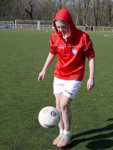 Pauline dort, wo sie am liebsten ist: Auf dem Fußballplatz. (Foto: dpa)