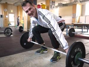 Beim Gewichtheben kommt es auf die richtige Technik an. Das weiß auch Lucs Trainer Tony Höwler. (Foto: dpa)