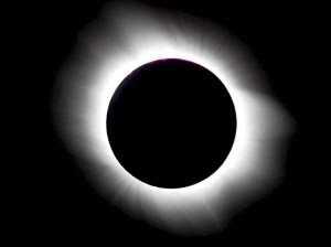Totale Sonnenfinsternis: Man sieht nur die strahlende Korona. (Foto: dpa)