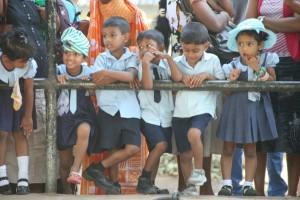Diese Kinder beobachten die Elefanten. (Foto: Lehnen)