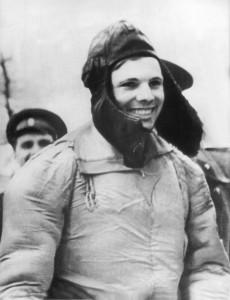 Das ist Jui Gagarin kurz nachdem er aus dem Weltraum wieder auf der Erde gelandet ist. (Foto: dpa)