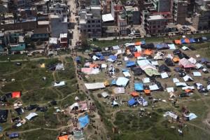 Viele Menschen haben durch das Erdbeben ihr Zuhause veroren. Aus Angst vor weiteren Beben leben sie nun in Zelten in der Hauptstadt Kathmandu. (Foto: dpa)