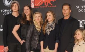 Die Familie Schweiger: Valentin, Dana, Luna, Lilli, Til und Emma (Foto: dpa)