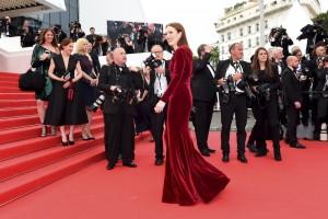 Die Stars auf dem roten Teppich werden von vielen Fotografen geknipst: Die amerikanische Schauspielerin Julianne Moore. (Foto: dpa)