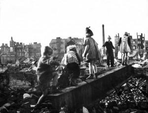 Die Kinder spielten nach dem Krieg in den Trümmern. (Foto: dpa)