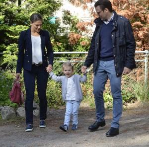 Die kleine Prinzessin Estelle aus Schweden mit ihren Eltern Victoria und Daniel. (Foto: dpa)
