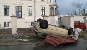 Auch Autos wurden von den Tornados mitgerissen. (Foto: dpa)