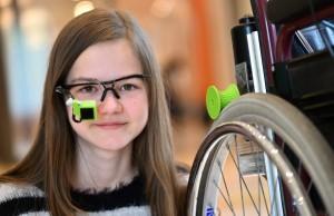 Myrijam Stoetzer hat  ein Brillengestell mit Webcam erfunden.  Rollstuhlfahrer können ihr Gefährt so mit Augenbewegungen steuern. (Foto: dpa)