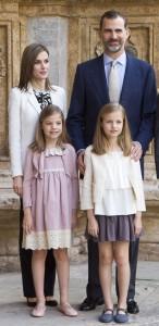 Prinzessin Leonor und Sofia aus Spanien mit ihren Eltern Letizia und König Felipe. (Foto: dpa)