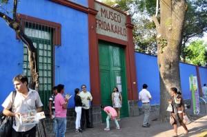 """Das ist das """"Blause Haus"""" in Mexiko-Stadt. Hier hat Frida Kahlo lange gelebt. (Foto: dpa)"""
