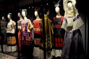 Auf vielen Fotos ist Frida Kahlo in farbenfrohen Kleidern zu sehen. Heute kann man sie im Museum bewundern. (Foto: dpa)