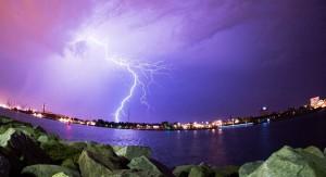 Ein Gewitter über der Stadt Rostock. Im Wasser sollte man sich bei einem Gewitter auf keinen Fall aufhalten. (Foto: dpa)