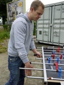 Johannes macht beim Kickern gerne Tricks. (Foto: dpa)