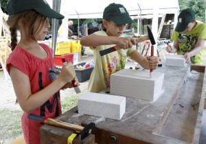 Einige Kinder übten sich als Bildhauer. (Foto: dpa)